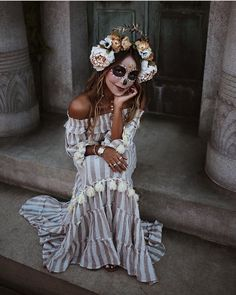 Inspiration & Accessories: DIY La Catrina Calavera Halloween Make Up Costume Ide Frisuren Halloween Chique, Chic Halloween Decor, Halloween Inspo, Cute Halloween Costumes, Halloween Makeup Looks, Couple Halloween, Halloween Decorations, Sugar Skull Halloween Costume, Original Halloween Costumes