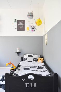 Cute kids room with rainbow wall stickers by MoonwalkTeddybear. Picture from the blog LieveKeet