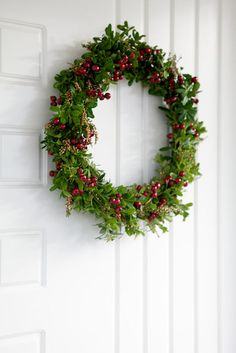 Itse väännetty ovikranssi - Kasvihormoni | Lily.fi Christmas Diy, Christmas Wreaths, Natural Materials, Diy And Crafts, Lily, Seasons, Holiday Decor, Flowers, Plants