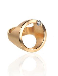 18 ct - Gold 0,24 ct Diamanten tw/vsi Er nennet sich Ring auf dem Ring, ein schraeg eingelassener Brillant scheint auf seiner Umlaufbahn zu kreisen und seine Runden zu drehen. Er passt sich perfekt und harmonisch jedem Finger an, ein Klassiker, einfach, genial und auf den Punkt gebracht.