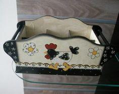 Porta talher galinha R$ 48,00 http://www.elo7.com.br/categoria/casa/talheres?sortBy=10&pageNum=6 LALU ARTESANATO