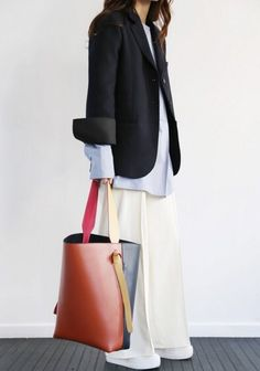Bucket bag the trendy accessory to adopt Look Fashion, Fashion Tips, Fashion Trends, Swag Fashion, Fashion Pants, Korean Fashion, Runway Fashion, Winter Fashion, Fashion Jewelry