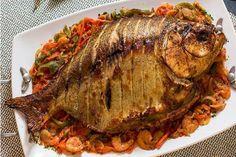 Peixe de forno com molho de camarão Ingredientes Peixe: Peixe inteiro (tambaqui, pintado, tucunaré, surubim): 1 unidade de 3,5 kg a 4 kg Sal grosso: a gosto Limão: 1 unidade Manteiga: 50 g Azeite: …