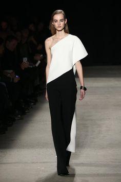 Designer Narciso Rodriguez hat für sein gleichnamiges Label eine sehr cleane Herbst/Winter-Kollektion entworfen. Spannung kreierte er zum Beispiel mit diagonalen Schnitten.