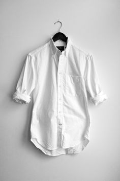 Everyone needs a perfect white shirt! My Wardrobe, Capsule Wardrobe, Preppy Wardrobe, Cleaning White Shirts, Classic White Shirt, Plain White T Shirt, Outfits Hombre, Oxford White, Estilo Retro