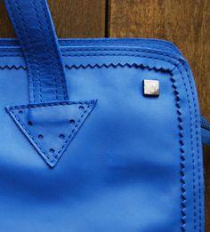 Detalhe maxi bolsa em couro na cor azul. Mab Store - www.mabstore.com.br