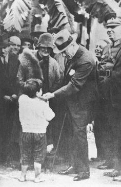 Atatürk and Child -Mustafa Kemal Ataturk, first president of the Republic of Turkiye. Ataturk fought hard to make Turkiye a secular democratic modern nation. Republic Of Turkey, The Republic, Turkish Army, The Turk, Fathers Love, Great Leaders, World Peace, World Leaders, Historical Pictures