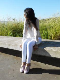 http://unachicasual.blogspot.com.es/2014/04/buenas-todos-hoy-os-propongo-un-look-en.html  look, ootd, outfit, style, moda, fashion, fashionblogger, girl, inspiration, white, pants, pantalón, blanco, sudadera, sweatshirt, semitransparente, alpargatas, rayas, gafas de sol, sunglasses