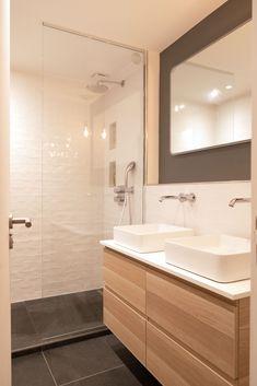 A contemporary apartment - Mon Concept Habitation Wooden Bathroom, Small Bathroom, Bathroom Modern, Bathroom Mirror Makeover, Home Staging, Bedroom Decor, New Homes, House Design, Home Decor