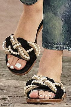 Chanel Resort 2017 Vi um igualzinho na Di Santinni Chanel 2017, Mode Chanel, Shoe Boots, Shoes Sandals, Shoe Bag, Heels, Chanel Fashion, Fashion Shoes, Chanel Resort