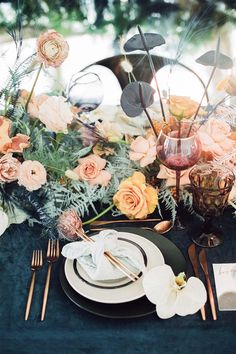 La Tavola Fine Linen Rental: Velvet Navy | Photography: Krista Mason, Tabletop & Event Host: borrowed BLU, Design: Round Town Events, Furniture: Found Rentals, Venue: The Modern Long Beach, Catering: 24 Carrots Catering & Events