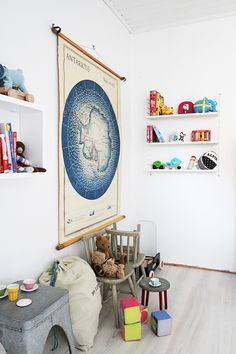Er vildt med kort på børneværelsesvæggen