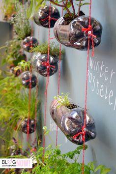 Você também adora #Jardim? Então #FaçaVocêMesmo um jardim vertical na sua varanda! Reutilize as garrafas pet e faça com corda, prego, terra e a planta que você quiser! :D