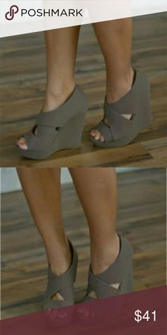 Hollow Out Sexy Strappy Peep Toe Zipper Wedge Heel Brand: NO  Shoe?Type: Sandals Toe Type:Open Toe Closure?Type: Slip On Heel Type:Wedge Heel Heel?Height:?12cm Gender: Female Occasion:?Casual,Office,Party Season:?Summer,Autumn Color:?Gray  Material: Upper?Material: Pu Outsole?Material: Rubber  Package?included: 1*pair?of?shoes(without box) seamless Shoes Heels