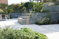 Rohrschacher Sandstein, Fugenklasse I, Pflanzenbeete und Naturstein- #Trockenmauern gehen ineinander über und ergänzen sich. / #drystonewall #masonry
