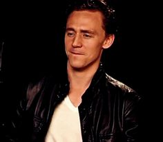 tom hiddleston (gif) ~Sabes que, screw you and your sexy beastness, you fly suave mutha'ucka! #nopuedo~
