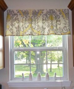petit rideau opaque à motifs baroques en jaune et gris en tant que déco de fenêtre