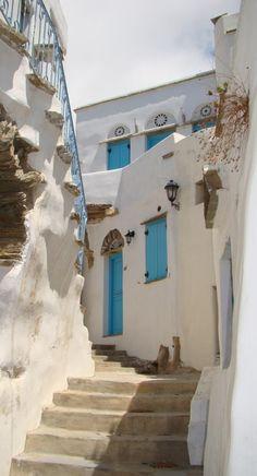 Beautiful alley in Tinos, Cyclades, Grecia, Europe Mykonos, Santorini Grecia, Beautiful Buildings, Beautiful Places, Places Around The World, Around The Worlds, Greece Islands, Ancient Greece, Greece Travel