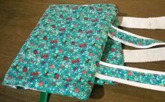 Capa para livro em tecido importado!Acompanha marcador de página em fita de cetim e alças para você poder carregar!Dimensões: 37,5x24cm