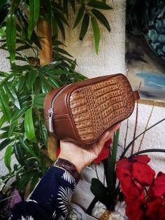 Bolsa de mano para hombre; Neceser para hombre hecho artesanalmente en piel de res café con panza de café | Hecho en México por Moon & Rain, Zankora y Tiendas Platino Exotic, Lifestyle, Bag, Accessories, Crocodiles, Cosmetic Bag, Tents, Men