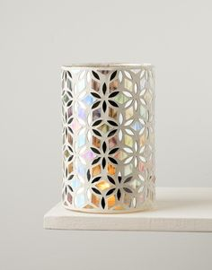 Cylinderlykta med speglar och mosaik i glas. Använd gärna lyktan med våra miljömärkta värmeljus. Låga ljus får ljusskenet att leka i hela lyktan. Lyktan kan även användas som en dekorativ vas.