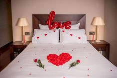 Breathtaking 10 Special Romantic Bedroom Design Inspirations on Valentine's Day Special romantic bedroom designs on Valentine's Day so your partner feels comfortable and at home. Even though Valentine's Day is another month, of co. Romantic Room Decoration, Romantic Bedroom Design, Diy Room Decor, Home Decor, Romantic Bedrooms, Room Decorations, Bedroom Designs, Valentine's Day Hotel, Romantic Room Surprise