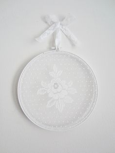 Tee-se-itse-naisen sisustusblogi: Lace Curtain In Embroidery Hoop