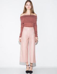 Chic dusty pink faux leather culottes with hidden back zipper. Wide crop leg. Runs a little small. *100% faux leather*Length 33.5