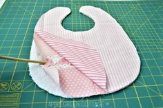 Baby bib pattern in 3 sizes, easy sewing project. This is my best baby bib patte. Baby bib pattern in 3 sizes, easy sewing project. This is my best baby bib pattern – I designed i Baby Bibs Patterns, Kids Patterns, Best Baby Bibs, Bandana Bib Pattern, Handgemachtes Baby, Baby Sewing Projects, Free Baby Stuff, Baby Crafts, Baby Quilts