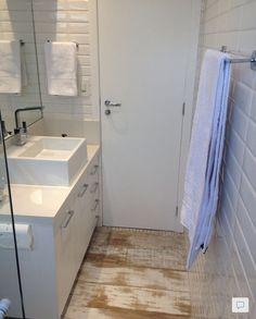 Banheiro com piso porcelanato que imita madeira de demolição, simplesmente um luxo!
