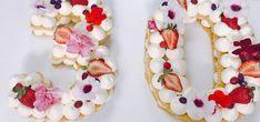 RECETA | Hoy te enseñamos a hacer los pasteles tendencia de este 2018: Tortas de números - posted in Arte Culinario y Gastronomía: Pastel de números Hoy hacemos el pastel de números que es tendencia 2018. Se pueden hacer números o letras. Esta receta rinde para dos placa de horno de 30×40. Ingredientes: Bizcocho: Huevos 10 Azúcar 300 gr Harina 0000 300 gr Esencia de vainilla c/n Relleno: Crema de leche 600 ml Queso crema 300 gr Gelatina sin sabor 7 gr Agua 35 ml A... Very Happy Birthday, 30th Birthday, Veggie Recipes, Baking Recipes, Number Cakes, Fondant, Bakery, Food And Drink, Make It Yourself