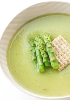 Take advantage of in-season asparagus this spring and savour its flavour in a delicious and smooth, creamless cream of asparagus soup. Vegetable Soup Recipes, Vegetarian Recipes, Cooking Recipes, Healthy Recipes, Healthy Soups, Veggie Soup, Chili Recipes, Creamed Asparagus, Asparagus Recipe