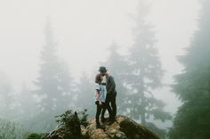 Kristen +Michael have been married for three years, and wantedto celebrate their third anniversary with a fun adventure with photographer, Katch Silva.A hike through a forest, and up a mountain, to get to a gorgeous peak soundedjust right. But mother nature had other plans, andthey didn't get the peak views theyexpected when they got to […]