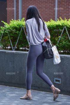 Girls In Leggings, Tops For Leggings, Tight Leggings, Men Street Look, Street Style Women, Beautiful Japanese Girl, Beautiful Asian Women, Teenage Outfits, Girl Outfits