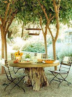 Sehe dir das Foto von Schuhfreak mit dem Titel Schöne Idee für einen natürlichen Garten: Gartentisch aus Baumstamm und andere inspirierende Bilder auf Spaaz.de an.