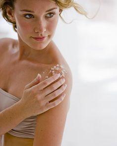Geheimwaffe für samtig weiche Haut: Joghurt-Mandel-Peeling. Wir zeigen euch ein Rezept für ein selbstgemachtes Ganzkörperpeeling