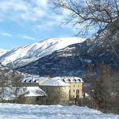 El nostre hotel llueix ben maco aquests dies tot nevat...❄❄❄ #hotelcardos #hotel #hotelmuntanya #hotelpirineus #hotelmontaña #pirineus #pyrenees #pirineos #pallarssobira #pallars #poble #town #riberadecardos #neu #nieve #snow #mountainlovers #invierno #winter #hivern