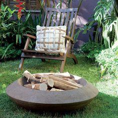 O vaso de concreto armado costuma ser usado como espelho d'água, mas, desta vez, o paisagista Marcelo Belloto fez dele uma pira de jardim. C...