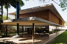 Designed by Marcio Kogan, a Brazilian architect, the Toblerone House represents an example of a very modern Brazilian architectural design, with straight edges, large windows for great lightning and bamboo pattern walls. Tropical Architecture, Modern Architecture House, Residential Architecture, Architecture Details, Futuristic Architecture, Modern Houses, Exterior Tradicional, Studio Mk27, Wooden Facade