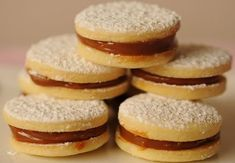 Postres peruanos clásicos- a classic Peruvian dessert called: Alfajores. They are like butter cookies filled with dulce de leche in the middle. Peruvian Desserts, Peruvian Recipes, Köstliche Desserts, Delicious Desserts, Yummy Food, My Recipes, Cooking Recipes, Favorite Recipes, Recipies
