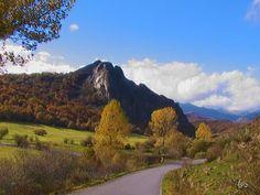 La peña Tremaya el el otoño en el parque natural fuentes carrionas y fuente cobre en la montaña palentina.