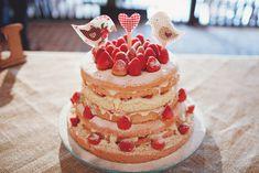 Imaginem um casamento em que a noiva e sua mãe tivessem o carinho de fazer todos os detalhes da decoração. Desde os arranjos das mesas dos convidados, a decoração do altar, a decor da mesa do bolo e até garimpar Leia Mais