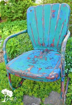 Don't spray paint over all the wonderful time-earned character of vintage metal lawn chairs! Do this simple, easy refresh instead to embrace their colorful past… Vintage Metal Chairs, Metal Lawn Chairs, Vintage Patio, Vintage Wood, Lawn Furniture, Painted Furniture, Redoing Furniture, Metal Furniture, Furniture Ideas