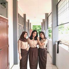 School Uniform Girls, High School Girls, Back To School, Instagram Frame, Muslim Hijab, Indonesian Girls, Bridesmaid Dresses, Wedding Dresses, Besties