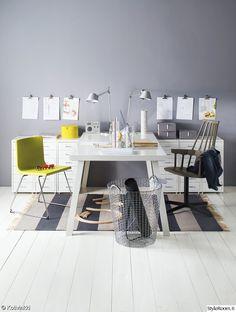 työpiste,työpöytä,koululaisen huone,nuoren huone,värikäs,raikas,säilytys,järjestys,seinävalaisin,matto,seinä,seinäkoriste,lastenhuone Guest Room Office, Home Office, Office Desk, Creative Home, Kids Room, Dining Table, House Design, Furniture, Home Decor