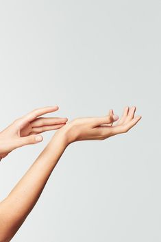 Rich, nurturing care for ultra-sensitive skin – Care – Skin care , beauty ideas and skin care tips Beauty Photography, Hand Photography, Hand Fotografie, Biotyfull Box, Creepy Hand, Hand Pose, Scaly Skin, Hand Reference, Clean Beauty