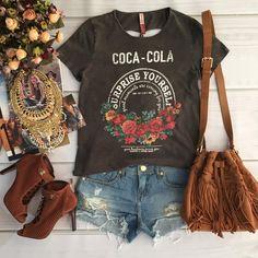 """""""T-shirt Angélica @cocacolajeans R$159,90   Shorts @tritonoficial R$259,90  Compras on line:  COMPRAS PELO SITE QUE ESTÁ ACIMA EM NOSSO PERFIL  Dúvidas…"""""""