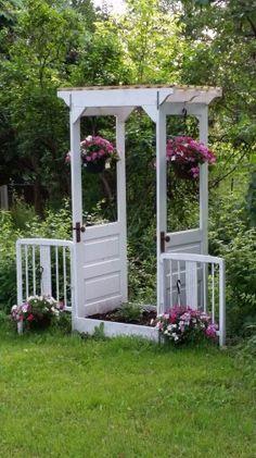 Garden Yard Ideas, Diy Garden Projects, Garden Spaces, Rustic Gardens, Outdoor Gardens, Old Door Projects, Garden Doors, Garden Trellis, Garden Structures
