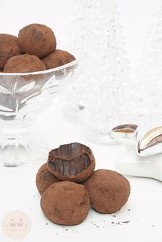 - I dont know what this is, but it looks sooo yum! - Receta de Trufas de Chocolate: fáciles y adictivas! Delicious Desserts, Dessert Recipes, Yummy Food, Delicious Chocolate, Chocolate Desserts, Chocolate Truffles, Cakes And More, Sweet Recipes, Love Food