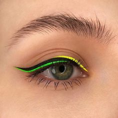 Eyeliner Make-up, Eyeliner Looks, Color Eyeliner, Eyeliner Ideas, What Is Makeup, Cool Makeup Looks, Yellow Eye Makeup, Green Makeup, Skin Makeup